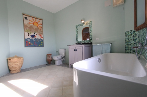 Spacious family bathroom in Villa Arabesque