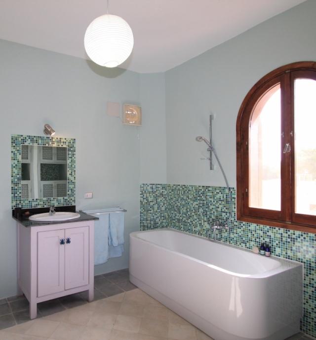 Image of family bathroom in Villa Arabesque